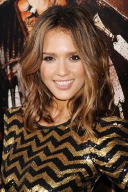 Tendances coiffure ondulés imparfaits Jessica Alba