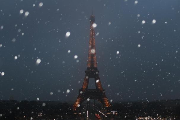 Tour Eiffel de nuit avec neige