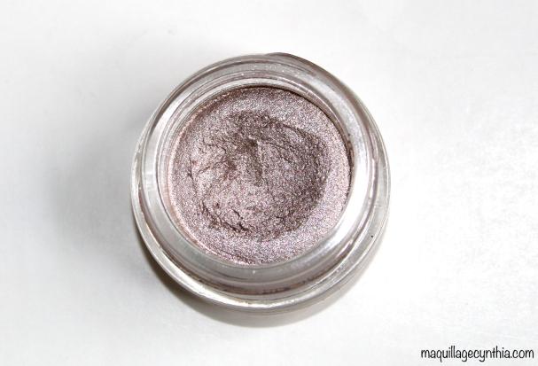 Fairy Tale est un lilac grisâtre clair avec des paillettes argent, roses et bleus