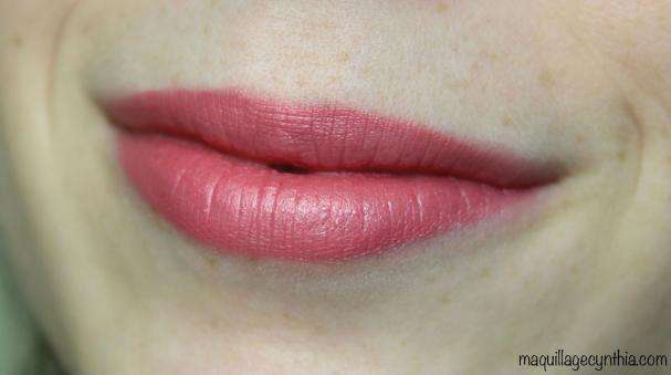 395 Baiser d'amour est un rose-mauve moyen avec un léger fini perlé